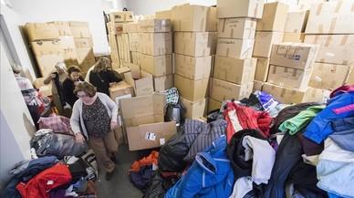Recogida de ropa de invierno para los campos de refugiados de Lesbosen un local del carrer Muntaner.