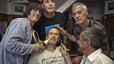 Los músicos en la barbería del padre de Sente, el batería del grupo