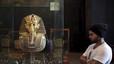 La matussera restauració de la barba de Tutankamon causa la seva primera víctima
