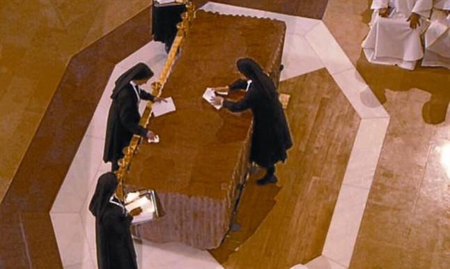 Cuatro monjas limpiaron de óleo el altar y el suelo