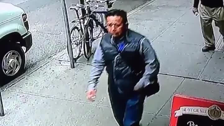 El vídeo difundido por la policía del hombre con el cubo lleno de oro.