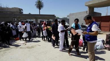 Un grup armat impedeix a les barques amb immigrants salpar des de Líbia