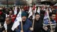 Miembros del partido comunista griego marchan contra los recortes del Gobierno, este martes, en Atenas.