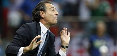 Prandelli gesticula durante el partido contra Alemania.