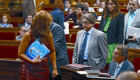 Alicia Snchez-Camacho conversa con Artur Mas, ayer en el Parlament.
