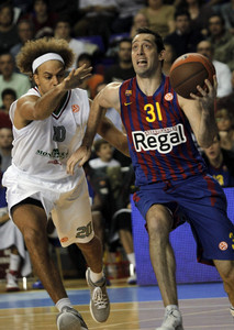 Chuck Eidson, ante Shaun Stonerrook, del Montepaschi, en un partido el pasado noviembre.