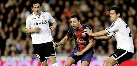 Xavi, entre Tino Costa y Ricardo Costa, en Mestalla.