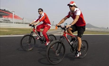 Alonso, amb un membredel seu equip, en un circuit de F-1.