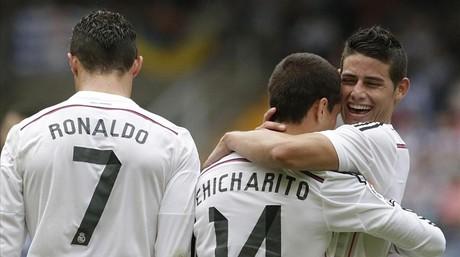 Chicharito recibe el abrazo de James junto a Cristiano tras marcar el s�ptimo gol del Madrid en Riazor.