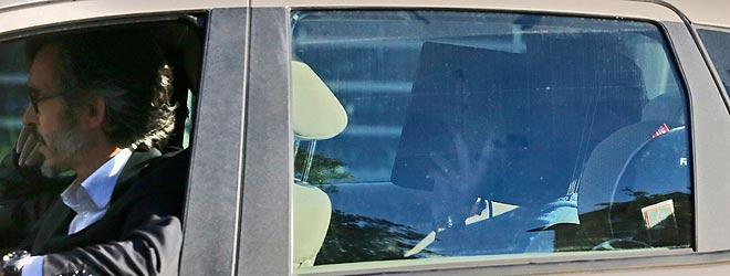 Oleguer Pujol se tapa la cara en el coche de su abogado al salir de la comisar�a.