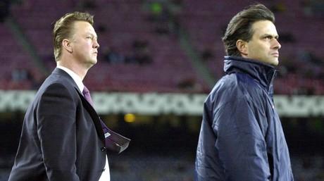Louis van Gaal y su entonces asistente, Jos� Mourinho, en un partido del Bar�a en el Camp Nou en la Champions en el a�o 2000.