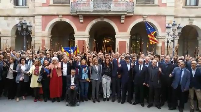 Alcaldes y ciudadanos gritando independencia delante del Parlament de Catalunya.