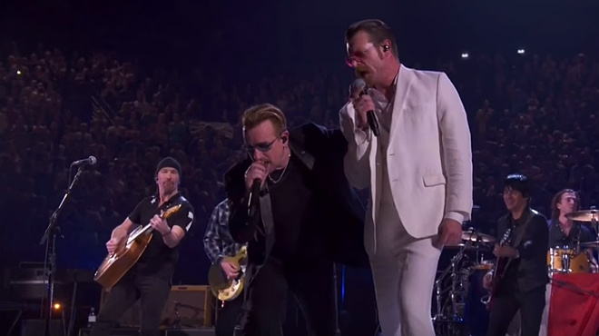 Eagles of death metal cantan a dúo con U2 en París