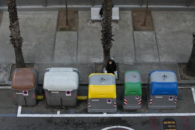 Contenedores para la recogida selectiva de residuos, en la Barceloneta