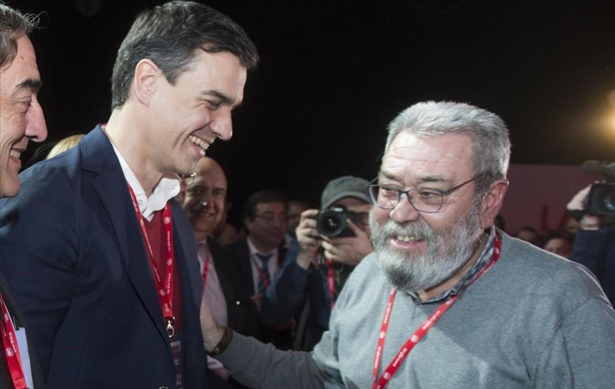 Pedro Sánchez (izquierda) saluda a Cándido Méndez en el congreso de la UGT en Madrid.