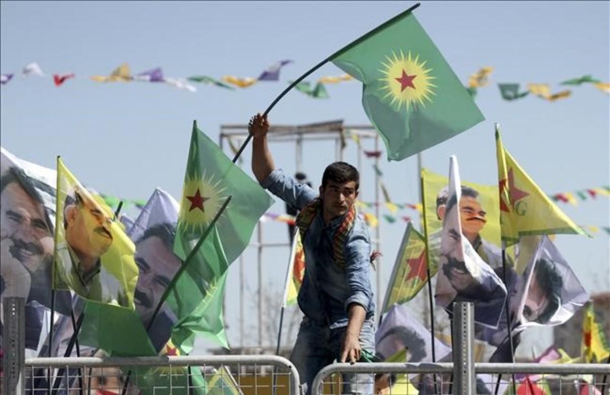 Simpatizantes enarbolan la bandera del PKK.