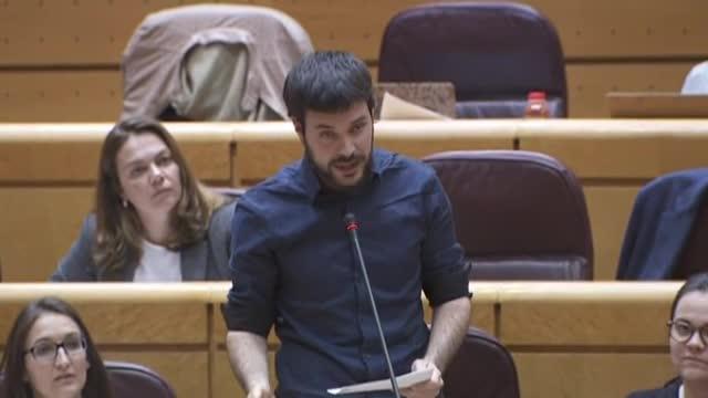 El senador dERC Bernat Picornell llegeix la lletra dEl rei Borbó, del raper Valtonyc, en la sessió de control al Senat.
