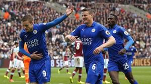 Jamie Vardy saluda al público tras marcar el tercer gol para el Leicester contra el West Ham.
