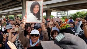 Seguidores de Yingluck Shinawatra, se manifiestan frente al tribunal que iba a emitir la sentencia.