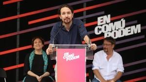 Pablo Iglesias, en un mitin de En Comú Podem, junto a Ada Colau y Xavier Domènech en junio del 2016 en Barcelona.