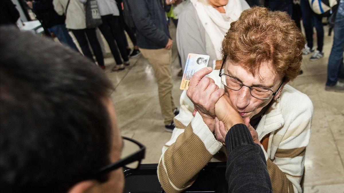 Una señora besa la mano del interventor tras poder votar en lEscola Industrial de Sabadell.