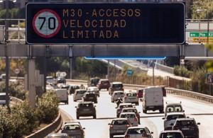 n luminoso prohibe la velocidad a mas de 70 km h en la via de circunvalacion de la M-30