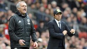 Jose Mourinho y, al fondo, Antonio Conte.