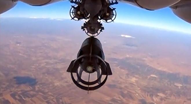 Avión ruso SU-24 lanzando una bomba sobre Siria.