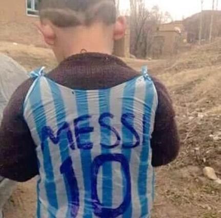 La camiseta de Messi que se fabrica un niño iraquí con una bolsa de plástico emociona a las redes sociales