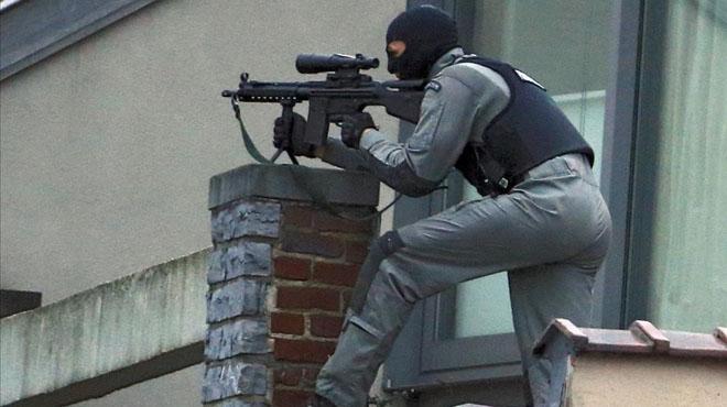 Las fuerzas de seguridad belgas buscan a dos fugitivos tras un tiroteo en una redada antiyihadista en Bruselas.