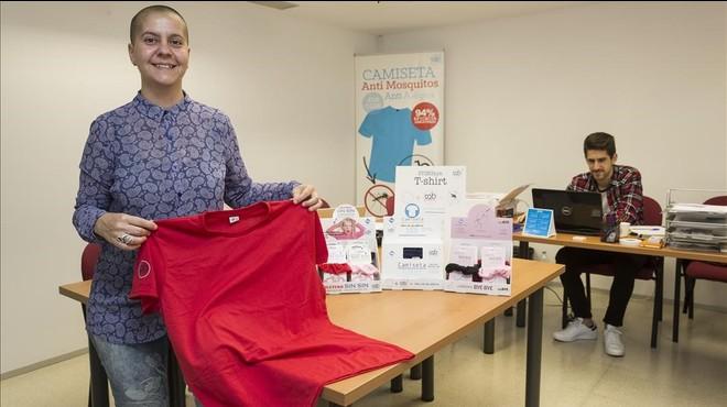 Silvia Oviedo, izquierda, con una de las prendasd creadas por StingBye.