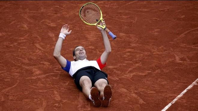 Gasquet se reboza en la tierra de Roland Garros tras derrotar a Nishikori.