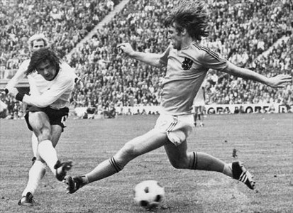 Goleador 8 M�ller dispara ante el holand�s Krol en la final del Mundial de 1972 en M�nich.