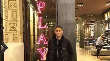 Neymar va de compres pel passeig de Gràcia aprofitant la parada de les targetes