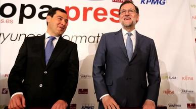 El presidente del PP andaluz, Juanma Moreno, y el presidente del Gobierno y líder del partido en toda España, Mariano Rajoy, en un desayuno informativo el lunes 27 de febrero en Madrid.