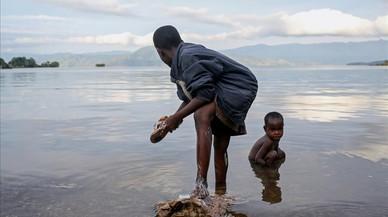 Los niños de Bahavu se lavan en la orilla del lago Kivu en la isla de Idjwi en la República Democrática del Congo.