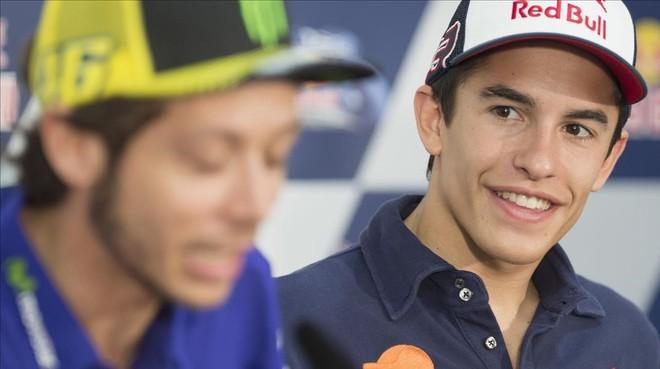 Marc M�rquez sonrie, en Argentina, escuchando a Valentino Rossi.