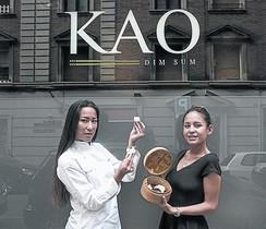 Meilan i Nayan Kao, davant del restaurant Kao, a Bisbe Sivilla.