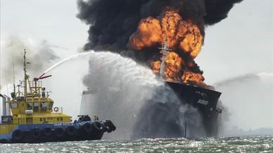 Una embarcaci�n intenta sofocar las llamas del buque cisterna.