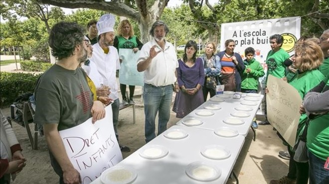Protesta davant el Parlament per les beques de menjador