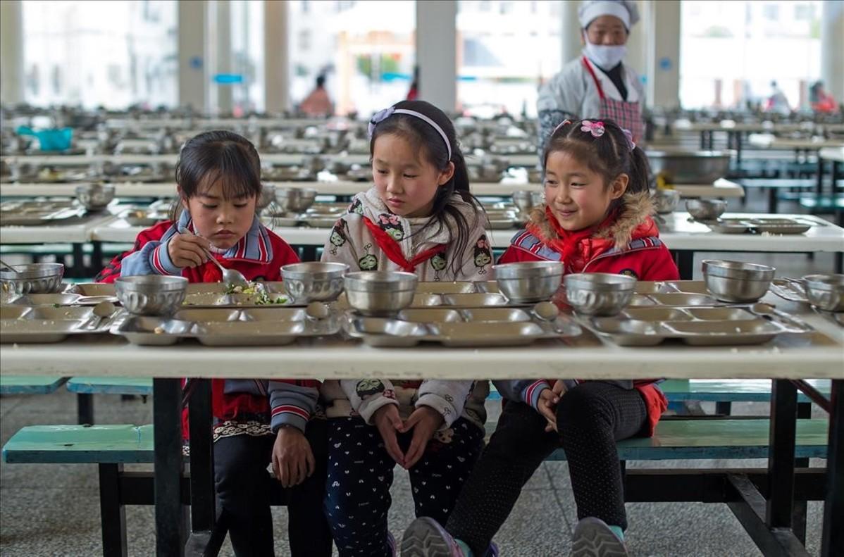 Nenes al menjador d'una escola de primària a Wuhan (Xina).