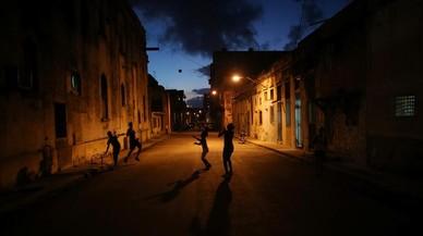 Niños jugandoen una calle en el centro de La Habana, Cuba.