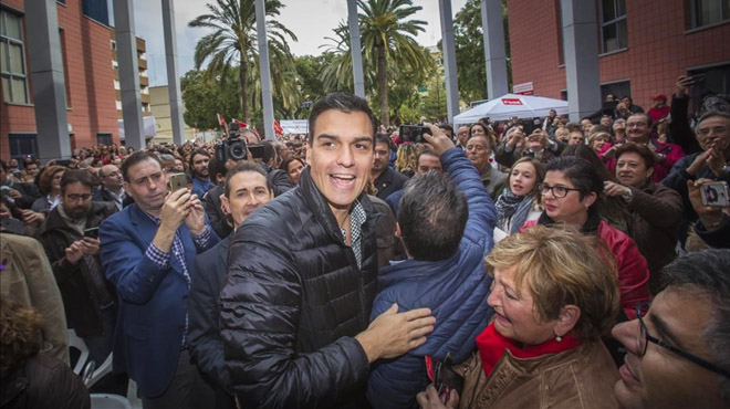 Sánchez desafia Díaz i torna a la càrrega amb un acte a Sevilla