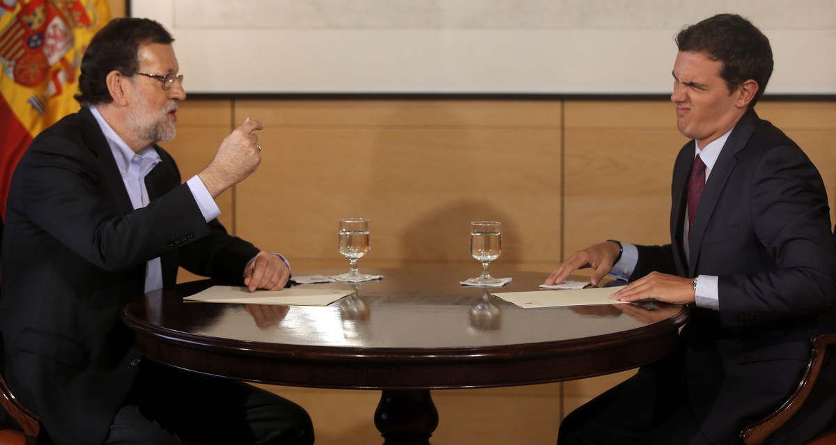 El presidente del Gobierno, Mariano Rajoy, y el líder de C's, Albert Rivera, el pasado agosto, en el Congreso de los Diputados.