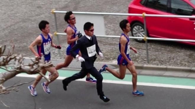 Un japonès bat el rècord del món de la mitja marató amb americana i pantalons llargs