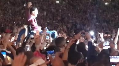 Un fan de Coldplay, a collibè fins a l'escenari
