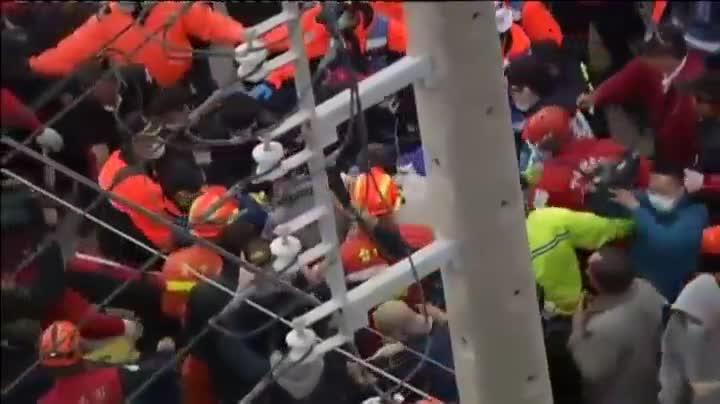 Un edificio de 17 plantas se viene abajo y atrapa a decenas de personas en la ciudad de Tainan, en�Taiw�n.