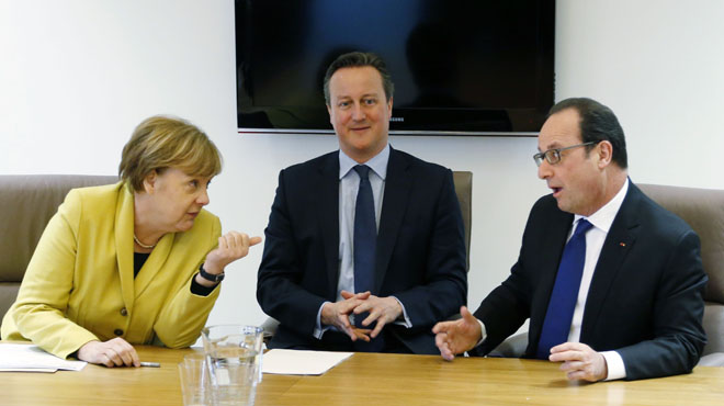 """Angela Merkel con David Cameron y Fran�ois Hollande durante la cumbre. El texto solo hace menci�n expresa a un """"trato individual"""" para cada demanda de asilo."""
