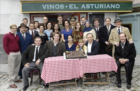 El equipo de actores del serial 'Amar en tiempos revueltos', de TVE-1.
