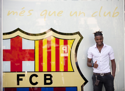 Alex Song, con el escudo del Bar�a, este lunes.